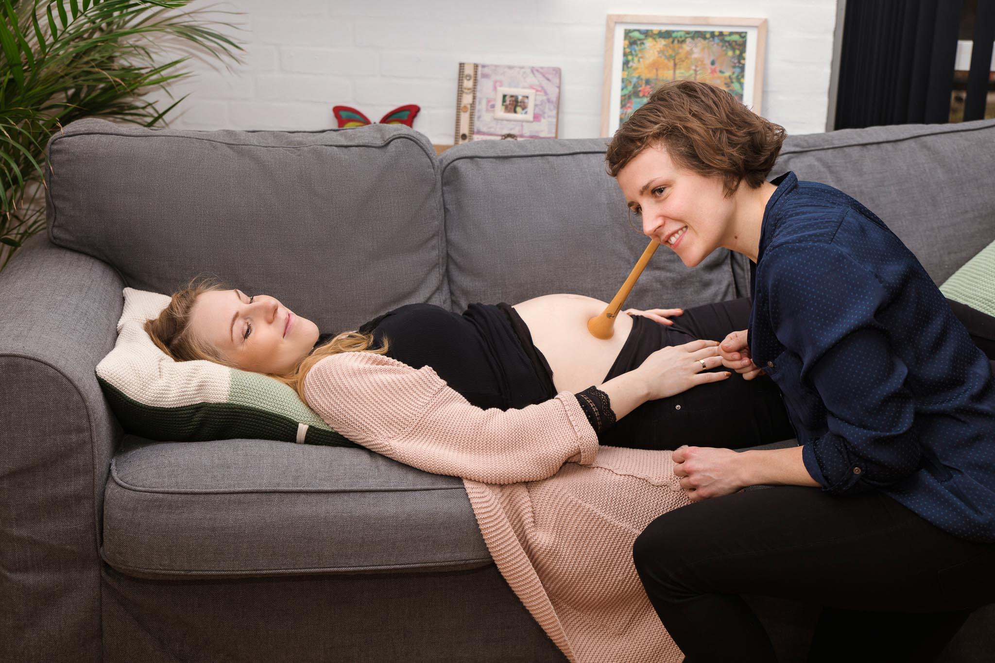Jordemoderkonsultation lytte hjertelyd træstetoskop